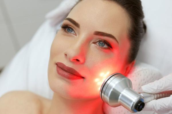 terapia de luz rojas para eliminar arrugas del rostro